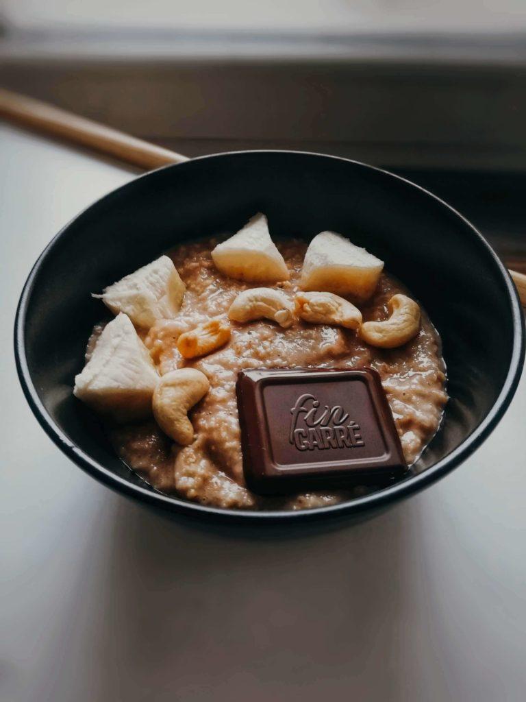 ovsená kaša s horkou čokoládou a orechami