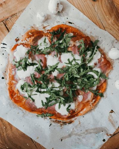 Kvasková pizza s prosciutom a rukolou